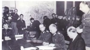 Le maréchal allemand Jodl signe la reddition allemande le 7 mai 1945 à Reims.